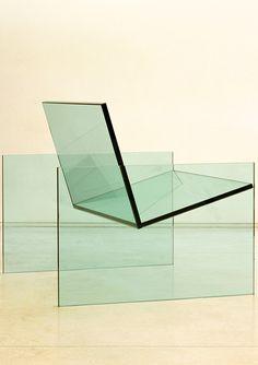 Poltrona Quatro em cristal laminado transparente da artista Jacqueline Terpins. Foto: Andres Otero/ divulgação.