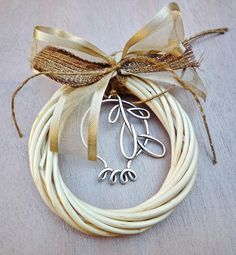 gr504450 {11,90 €} χειροποίητο γούρι με στεφανάκι από βέργες, ιδιαίτερες κορδέλες και επάργυρα στοιχεία (περ. 15εκ.) Christmas Wreaths, Christmas Crafts, Christmas Decorations, Xmas, Christmas Ornaments, Dyi Crafts, Lucky Charm, Pomegranate, Doilies
