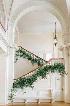 Malerische Cairnwood Estate Märchenhochzeit, gekräuselt - Home Design Deco Design, Design Case, Stair Decor, Greenery Garland, Banisters, Railings, Martha Stewart Weddings, House Goals, Life Goals