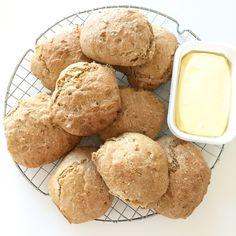 Nemme morgenboller til morgenbordet med grahamsmel. Dejen laves aftenen inden og sættes i køleskabet natten over.Opskrift: (10 stk)5 dl. koldt vand15 g. gær1 tsk. salt1 spsk. honning2 spsk. olivenolie2 dl. hvedemel2,5 dl. grahamsmel50 g. solsikkekernerFremgangsmåde: