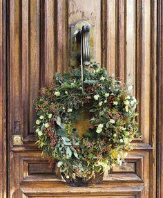 1760 Fotos de Navidad Christmas Time, Christmas Wreaths, Christmas Decorations, Navidad Natural, Illusions, Outdoor Structures, Plants, Xmas, Christmas Door