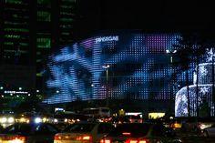 Noble Mono – Séoul Noble Mono est une média façade installée à l'occasion du 80ème anniversaire du Grand magasin Shinsegae situé à Séoul (Corée du Sud). Imaginé par le collectif artistique Jonpasang  (Jin-Yo Mok, Sookyun Yang, Dae-ro Ra) . A découvrir en images dans la suite de l'article en cliquant sur la photo.
