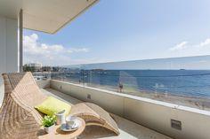 TAHITI APARTMENT |Disfruta de las impresionantes vistas al Mediterráneo y a los jardines del edificio Ibiza Royal Beach desde el elegante salón y la gran terraza de este maravilloso apartamento de 136m2. #ibiza #ibizaluxury #luxury #apartments