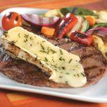 Biftecks de faux-filet grillés au brie et aux fines herbes