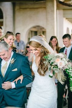 Bride wearing hair down in long waves with veil. Father Daughter Dance, Father Of The Bride, Best Wedding Hairstyles, Down Hairstyles, Bride Speech, Best Man Wedding Speeches, Wedding Toasts, Glitter Wedding, Wedding Humor