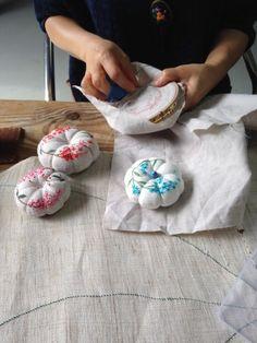 하나둘땀바느질전시회 : 네이버 블로그 Crochet Pouch, Crochet Purses, Hand Embroidery Patterns, Embroidery Stitches, Needle Cushion, Macrame Bracelet Diy, Needle Felted Cat, Shabby Chic Crafts, Diy Crafts Hacks