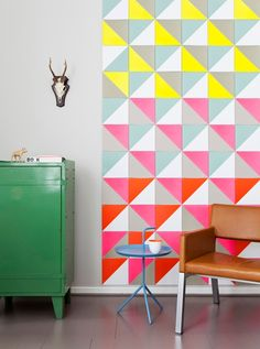 carreaux muraux triangle, graphique et coloré. jaune, rose, rouge, bleu. Idée déco mural pop