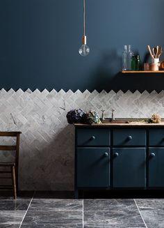 Pourquoi pas un mur bleu nuit dans la cuisine ? La crédence au mur se prolonge sur le mur non meublé