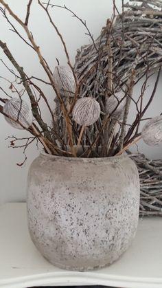Prachtige oude bloempot met takken. Simpel maar leuk.