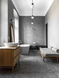tons de cinza e madeira em banheiro