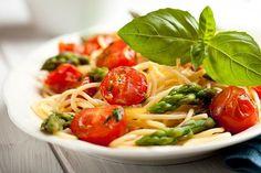 Spaghetti with asparagus cherry tomato and cheese    zielone szparagi (cały pęczek)  oliwa z oliwek  opakowanie pomidorków cherry  500 g spaghetti  200g śmietany 18%  żółtko  2 garści startego sera żółtego - najlepiej parmezanu  2 ząbki czosnku  sól, pieprz