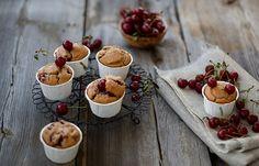Ciliegie e nocciole, sono questi gli ingredienti speciali per realizzare questi gustosi muffin. Un mix di sapori dove il dolce si mescola all'aspro delle c