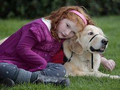 Nos EUA, cães são usados para vigiar crianças que sofrem de epilepsia Animais dormem em quarto de crianças e alertam famílias sobre ataques. Devido à alta demanda, há falta de animais para tratamento terapêutico. - Alyssa Howes, de 11 anos, abraçada ao cão Flint, que é seu fiel escudeiro e vigilante noturno (Foto: Damian Dovarganes/AP)