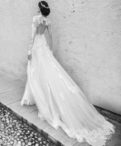 Impeccably romantic and breathtakingly beautiful, the 2015 collection of Alessandra Rinaudo wedding dresses has some of the most elegant and feminine gowns a bride can dream of. See the complete collection here.