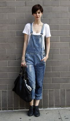 STREET CHIC: NEW YORK Who: Kelly Kopen What: Casual-cool style is perfected in this ensemble of overalls and a white tee. Wear: Madewell overalls, Club Monaco t-shirt, Mayle bag Skinny Overalls, Denim Overalls, Dungarees, Overalls Style, Overalls Women, Looks Style, Style Me, Street Chic, Ropa Vieja