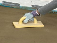 Laying an interior concrete floor is usually a renovation project that takes place in your basement. Learn how to remove an old wood floor, prepare a base and pour a concrete floor, using insulation as a guide. How To Lay Concrete, Concrete Tools, Concrete Floor, Basement Flooring, Basement Remodeling, Old Wood Floors, Cleaning Mold, Get Rid Of Mold, Beton Diy