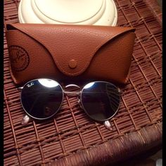 Rayban flash sunglasses. WORN ONLY ONCE The Ray-Ban ® RB3447 sunglasses are totally retro. This look has been worn by legendary musicians and inspired by the 1960s counter-culture when this style first originated.The Ray-Ban unisex metal, iconic sunglasses are known for their defined round crystal lenses and distinct shape. A curved brow bar, adjustable nose pads, and thin metal temples with plastic end tips rest comfortably behind the ears. Shape: Round Size Lens-Bridge: 50 21 145 Ray-Ban…