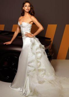Vestido de novia con pedrería y ondas en la falda - Foto Alessandro Angelozzi Facebook
