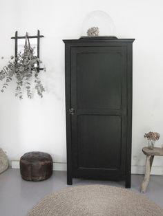 armoire bonnetière noire