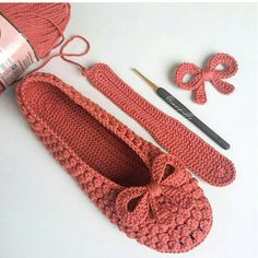 Can somebody please come up with the pattern – SkillOfKing. Crochet Dress Girl, Baby Girl Crochet, Crochet Clothes, Sewing Slippers, Knitted Slippers, Learn To Crochet, Diy Crochet, Crochet Flip Flops, How To Make Purses