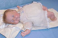 Tiny Thumbelina-She looked exactly like this lying in a frilly doll bassinette on one special Christmas morning in the Santa brought just what I asked for. There was a knob in the middle of her back. When you wound it up she wriggled like a real baby. Ideal Toys, My Childhood Memories, Childhood Toys, Living Dolls, Doll Shop, Tiny Dolls, Vintage Barbie Dolls, Baby Play, First Baby