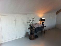 Alle timmerwerkzaamheden verzorgd op deze zolder: wandkasten Attic Inspiration, Attic Loft, Attic Storage, Attic Remodel, Small Rooms, Home Renovation, Sweet Home, Home And Garden, House Design