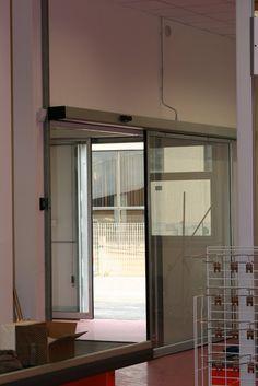 Porta automatica in liguria a Bordighera, ingresso supermercato sogegross, porta molto grande con profilo magnum