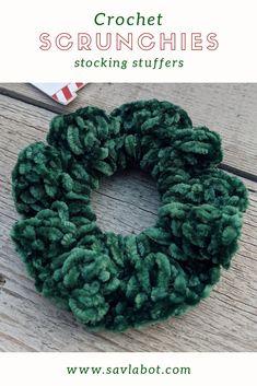 Crochet Velvet Scrunchies for Christmas Crochet Ruffle, Diy Crochet, Crochet Crafts, Crochet Projects, Crochet Hair Accessories, Crochet Hair Styles, Crochet Patterns For Beginners, Easy Crochet Patterns, Velvet Scrunchie