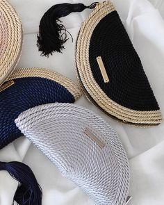 O L V I D O   M A D R I D  on Instagram: Estas Navidades regala(te) un Olvi  www.olvidomadrid.es  #bolsosdecordondeseda #cordondeseda #bolsoabanico #regalosdeNavidad #regalo Diy Clutch, Clutch Bag, Clutch En Crochet, Diy Handbag, Macrame Bag, Basket Bag, Fabric Bags, Knitted Bags, Handmade Bags