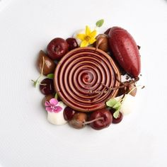 """1,384 mentions J'aime, 9 commentaires – Valrhona North America (@valrhonausa) sur Instagram : « Chef's Hin @Executive_Pastry_Chef_Hin (from @rwsandhill) Plated dessert """"Black forest"""" for the… »"""