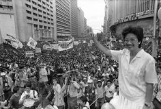 Corazon Aquino waving to thousands of supporters in 1986
