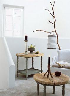 Table basse et desserte peintes en gris et recouverte d'un plateau de planches…