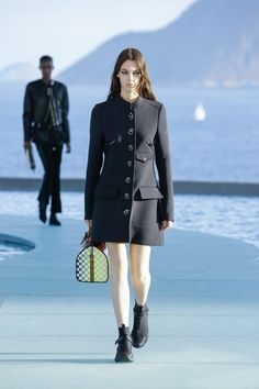 See the complete Louis Vuitton Resort 2017 collection.
