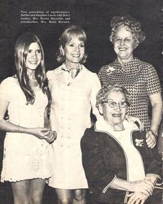 Young carrie fisher with her mom, grandma, and great grandma! Carrie Fisher Young, Carrie Fisher Family, Carrie Fisher Photos, Carrie Frances Fisher, Hollywood Stars, Classic Hollywood, Debbie Reynolds Carrie Fisher, The Unsinkable Molly Brown, Leia Star Wars