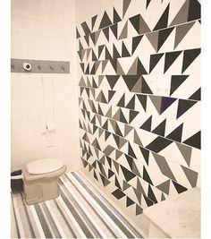 Parede toda decorada com desenhos geométricos feitos com papel contact.