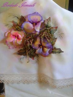 Camino de mesa: flor pensamiento y hojas realizado en tela Pintura textil: ante y después del procesamiento