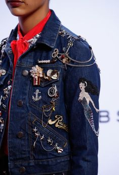 Ways To Wear The 2016 Trend of Brooches: Marc Jacobs  #trends #brooch #accessories