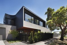 The Corner is a minimalist house located in Melbourne, Australia, designed by Bower Architecture. An integral part of our philosophy is that the best design solutions come out of the most difficult spatial problems. (1)