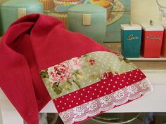 Enjoy Warmth And Comfort With Traditional Interior Design Red Towels, Dish Towels, Sewing Crafts, Sewing Projects, Ideas Hogar, Decorative Towels, Creation Couture, Kitchen Towels, Kitchen Canisters