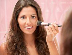 Como fazer maquiagem simples passo a passo. Infelizmente, nem sempre existe tempo, talento ou criatividade para criar um look de maquiagem básica. Muitas mulheres têm medo de obter um look demasiado carregado, de combinar cores de um jeito erra...