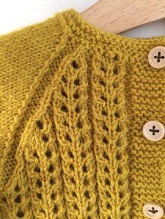 Jeg har leget med lidt lækker efterårs og vinterstrik strik til lille-fisen.  Det er endt med denne lækre snoede sag, Som han kan tull... How To Start Knitting, Knitting For Kids, Crochet For Kids, Free Knitting, Knit Crochet, Baby Cardigan Knitting Pattern, Baby Knitting Patterns, Baby Barn, Diy Clothes
