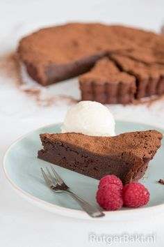 Als je van chocola houdt, dan moet je deze chocoladetaart echt een keer maken! De bereiding is erg makkelijk en het resultaat is overheerlijk (en best machtig!). De binnenkant van de taart blijft heer