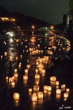 Tôrônagashi - cérémonie japonaise qui se pratique lors du « O-bon », la Toussaint japonaise.  On dépose des tôrôs (petites lanternes) flottants sur les berges des rivières pour guider vers l'au-delà les âmes des défunts revenus dans le monde des vivants pendant le O-bon.