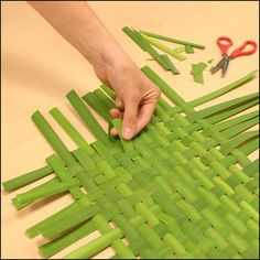 Brug fx Palme eller bambus blade - Photograph showing step 4 of how to make a woven bulrush mat Nature Crafts, Fun Crafts, Crafts For Kids, Arts And Crafts, Flax Weaving, Basket Weaving, Willow Sticks, Island Crafts, Weaving For Kids