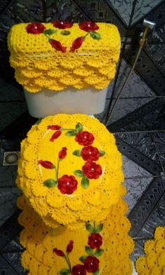 Jogo de banheiro rendado todo feito em barbante maxcolor Crochet Braids, Easy Crochet, Free Crochet, Toilet Decoration, Acrylic Painting Inspiration, Braided Scarf, Crochet Boots, Crochet For Beginners, Candy Colors