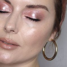These four celebrity makeup artists are known for giving their celeb clients flawless skin. Here& how to get glowy skin using their favorite products. Pastel Makeup, Retro Makeup, Blue Makeup, Makeup Trends, Makeup Inspo, Makeup Inspiration, Beauty Makeup, Beauty Trends, Makeup Ideas