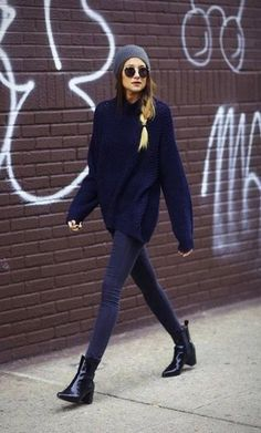 Dunkelblauer Oversize Pullover, Dunkelblaue Enge Jeans, Schwarze Leder Stiefeletten, Dunkelgraue Mütze für Damenmode