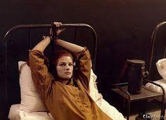 """Charlotte Rampling ne """"Il portiere di notte"""" (1974) mentre, legata al letto della camerata, aspetta l'arrivo dell'ufficiale Maximilian (Dirk Bogarde)."""