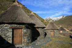Pallozas (ancient celtic houses) in Os Ancares (Lugo) Spain (Research! Saint Marin, Celtic Nations, Vernacular Architecture, Historical Architecture, Celtic Culture, Celtic Art, Round House, Iron Age, Inka