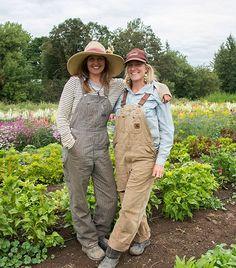 These Women Farmers See Their Fields as an Organic Farm Fashion, Look Fashion, Farmer Outfit, Farmer Overalls, Food For Pregnant Women, Farm Women, Farm Clothes, Female Farmer, Mother Earth News